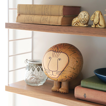 北欧といえば、スウェーデンの陶芸家「リサラーソン」を思い浮かべる人も多いかも。その代表的なキャラクターが、このライオンですね。こちらは、1964年に発表されたAFRICAシリーズの復刻版オブジェ。目が合うたびに癒されそう。