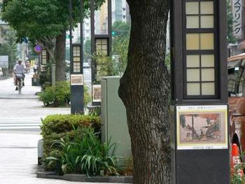 そしてこの地は、日本画家・葛飾北斎の生誕の場所でもあります。彼の偉業を記念して作られた北斎通りには、沿道に作品がずらりと並び、さながらギャラリーのようになっています。
