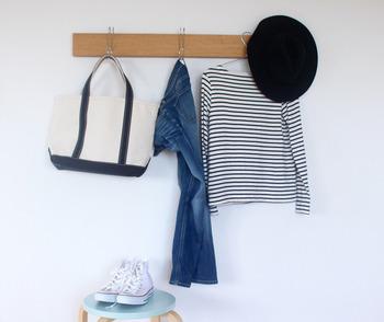 こちらは壁に付けられる家具シリーズ。ウォークインクローゼットの壁面を活用して、洋服を一時かけておく場所にされています。