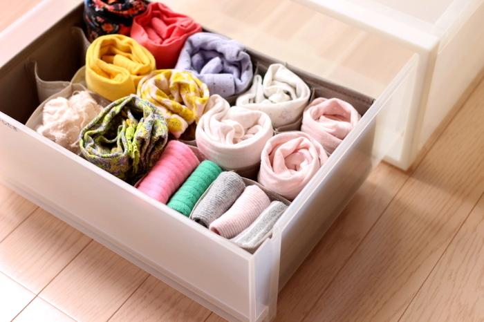 小物を整理するには、細かく分かれる仕切りを使いましょう。ひとつ取り出しても、他のものが崩れないので便利です。筒状のものは、くるくると丸めてしまうスカーフなどにぴったり。