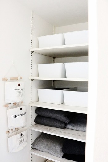 棚の美しい整頓にはボックスを利用して、すっきりとした印象にするのも良いですね。大きさは揃えて色分けしたりと、統一感を出すことが大切です。
