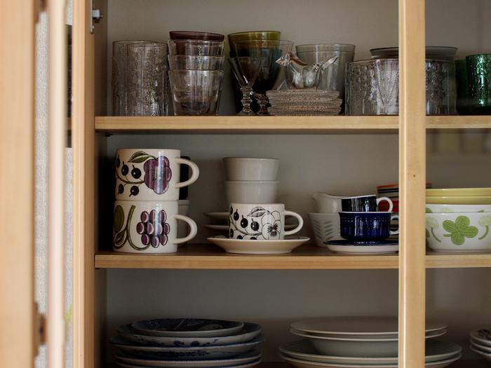 キッチンの大小関係なく食器は必要なものであり、好きならなおさら増えていくものです。しかも、様々な種類があるから形を揃えて綺麗に収納するのも難しいもの。収納の仕方によっては取り出すのが面倒になってしまうことも。そうならないために、素敵な収納のアイディアをみていきましょう。