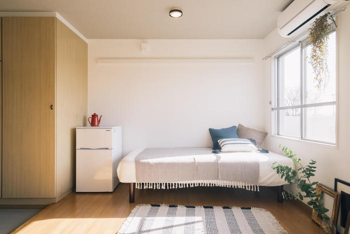 ベッドや冷蔵庫、洗濯機など、大きな家具・家電は、運ぶためにトラックが必要になったり、スタッフを増やす必要があったりと、引っ越し費用がかさむ要因に。新しい家具や家電を買うなら引越し後のほうが、購入特典で送料無料になったりする場合もあるのでお得かもしれません。今あるものを運ぶ場合の費用と比較して検討してみましょう。