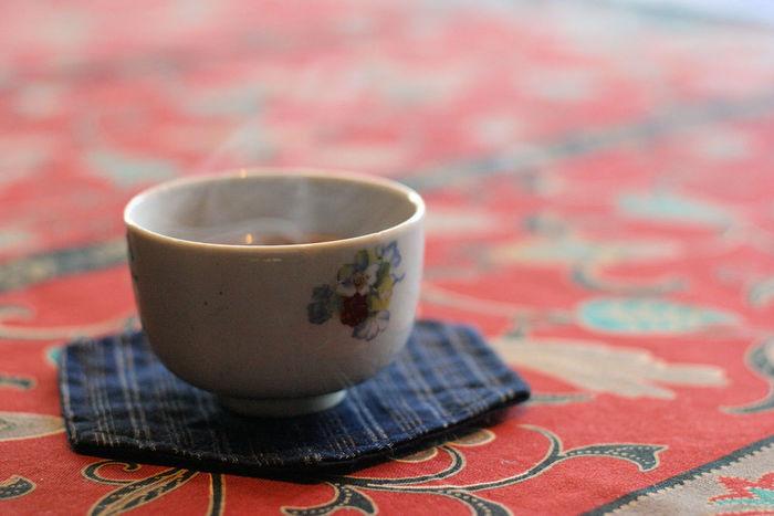 続いては体を温める飲み物についてです。飲み物も基本的には食べ物と同じで、産地と色で判断することができます。体を温めるものとしては、紅茶や黒豆茶、ほうじ茶、ウーロン茶など、色の濃いものまたは暑い地域でとれないものが挙げられます。  色の濃い飲み物にはコーヒーもイメージされると思いますが、コーヒーはブラジルなど暑い地域で豆が収穫されるので、体を冷やす作用があるのです。