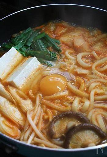 こちらのレシピは、なんと焼肉のタレを使ってスンドゥブ・チゲ風にしています!うどんも入ってボリューム満点。キムチ、ごま油、豆腐などの基本材料をきちんとおさえているところがポイントです。