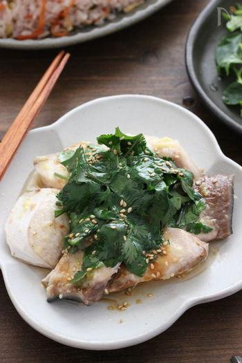 本格的な魚の蒸し料理が、レンジでもできるんです。耐熱のお皿にブリをのせ、生姜を表面に塗り(チューブでOK)ふんわりラップをして加熱します。裏返したりして様子を見ながら全体に火が通るまでチンしてください。 シンプルな味付けですが、絶妙に美味しいです。ごま油をかけるのを食卓でやっても楽しいかも。
