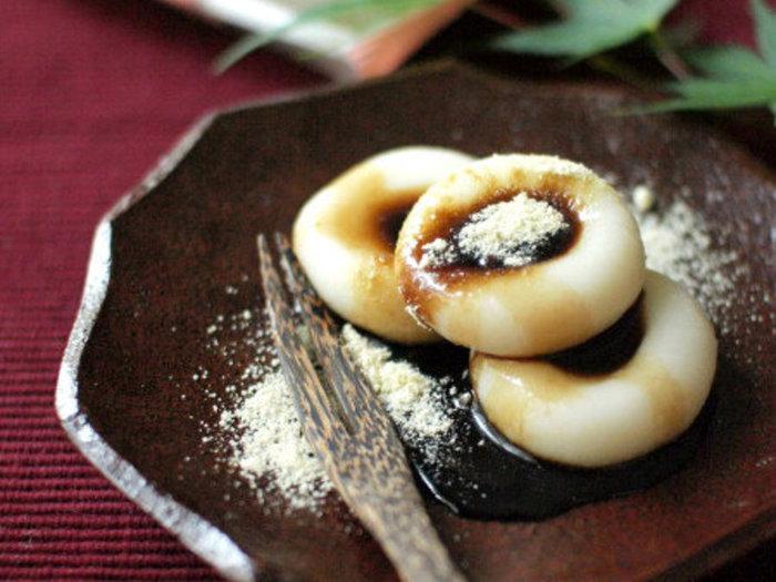 時間がない、材料も揃わない、でも和菓子が食べたい!そんなときにサッと作れるのがこちら。白玉粉をこねて茹でる間に、黒糖と水をレンジで加熱して黒蜜を作ります。白玉だんごに豆腐を混ぜると柔らかく仕上がりますが、すぐにいただくならなくても大丈夫。