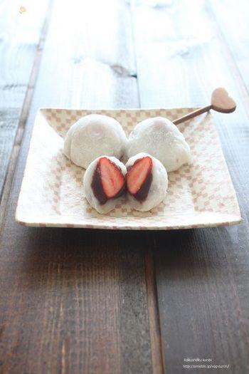 あんこの甘さとイチゴの爽やかな甘酸っぱさが調和する一品。電子レンジで手軽に作れるのがうれしいですね。
