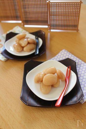ふっくら甘く、つややかに煮あげた白花豆。そのままつまんでお茶うけに、お菓子作りやお弁当の副菜にも使えます。柔らかく煮上げるためには、砂糖を数度に分けて入れるのがコツ。