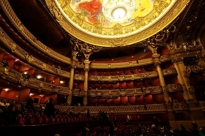 一度はここでオペラやバレエを観劇したいと思っている方は多いのではないでしょうか。オペラ座のダンサーたちは、毎年行われる昇格試験でランクを振り分けられ、頂点に立つ者が「エトワール(意味:星)」と呼ばれます。
