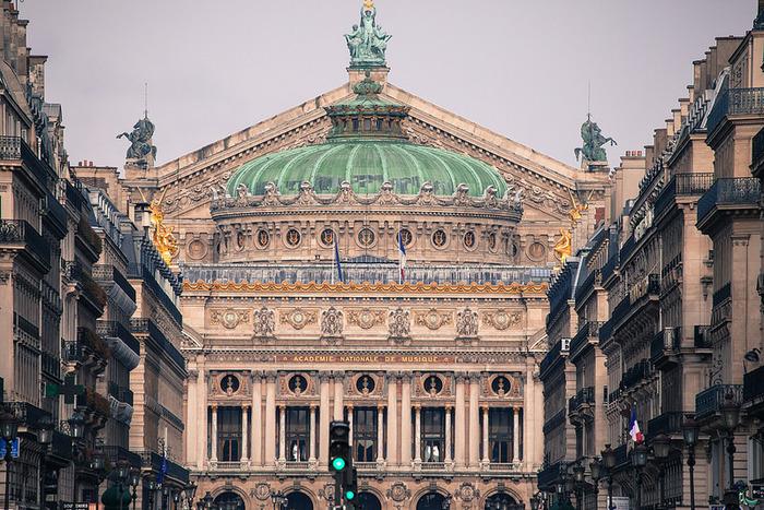 """豪華絢爛なガルニエ宮を拠点とする""""パリ・オペラ座・バレエ団(Opéra national de Paris)""""は、日本でもファンが多いバレエ団の一つ。"""