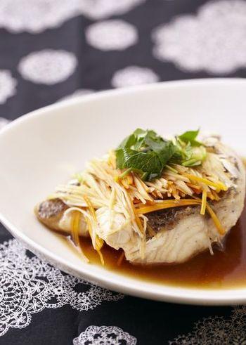 甘辛の中華味の蒸し料理もオススメです。耐熱容器に鯛を並べてお野菜をのせたら、合わせ調味料をまわしかけて電子レンジにいれるだけ。鯛に下味をつけておくのがコツ。魚の味が引き立ちます。
