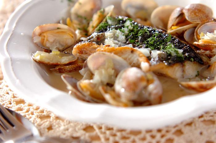 なかなかお料理のバリエーションが少ない貝類。こんな風にお魚と一緒に蒸し料理にしてみてはいかが? アサリは砂抜きをし、サワラはオリーブオイルで両面を軽く焼いておきます。準備ができたら、フライパンにオリーブオイルを足し、にんにくの香りを立たせて全ての材料をいれます。あとは白ワインを加えて蓋をして待つだけ。アサリの口があいたら完成!アサリからスープがたっぷりでて美味しい★
