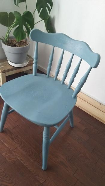 好きな色に塗り直すだけのリメイクでも、いつもの椅子を新しいテイストにガラリと変えてくれます。好きな色や柄を施すことはもちろん、エイジング加工やクラッキング加工など、ペイントで実現できる風合いは実に様々です。 木製品の場合、木製家具用オイルを定期的に塗ってあげることがメンテナンスにもなります。