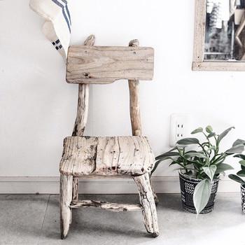 流木を組み合わせた椅子。流木は形が一定でなく、形を活かしてレイアウトするのはセンスが問われます。美しく組まれたこちらの椅子は飾り台としても素敵なアクセントになってくれそう。