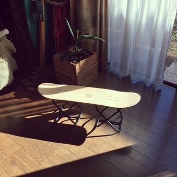 スケボー板をスツールにリメイク!脚は100均で購入した椅子を活用。さっと畳んで持ち運べて、おしゃれに使えそうです。日中、窓辺で観葉植物を陽に当てたい時などにも良さそう。