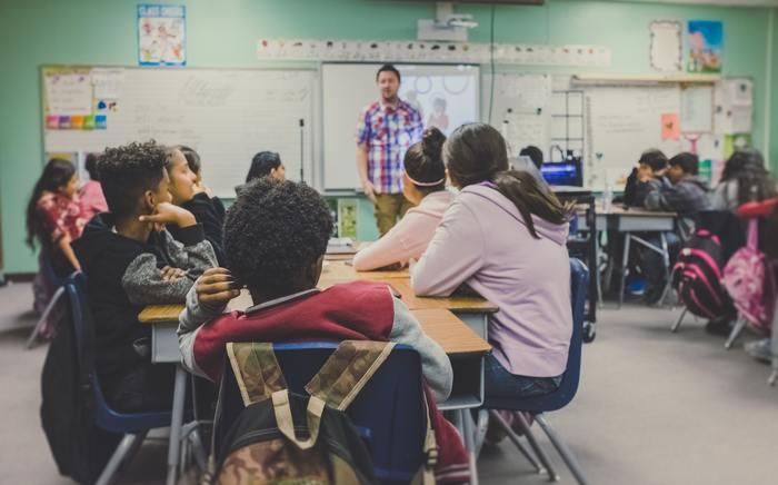 小学校の英語教育は、2020年度からの「小学3年生からの必修化」「小学5年生からの教科化」の完全実施を目指し、ますますその重要性が高まるなか、「我が家でも英語教育を取り入れてみようかな」と思っている方は少なくないはず。でも、自分自身の英語力に自信を持てなかったり、いつから・どうやって始めていいかわからず迷っていらっしゃる方も多いのではないでしょうか。
