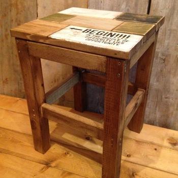 直線ラインが男前な頑丈スツール。角材と板材のランダムな組み合わせが素敵ですね。椅子だけでなく、工作の際の作業台や踏み台、サイドテーブルとしても使えそう。塗装やペイントで様々なテイストにイメージチェンジできる汎用性を備えています。