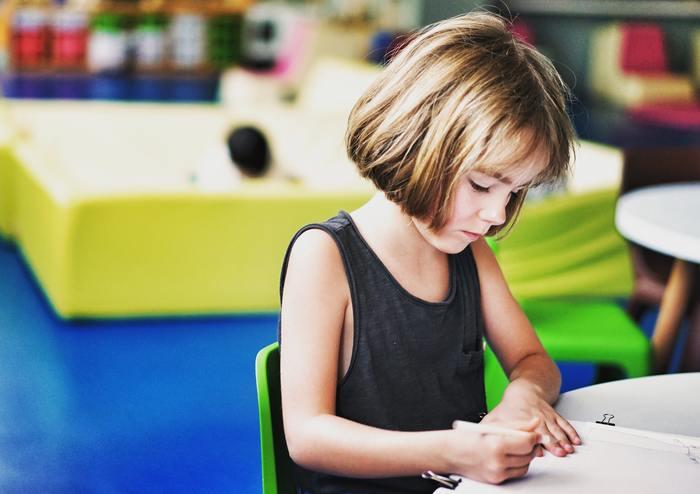 英語教育を始めるのは、早ければ早いほど良いと言われています。特に12歳くらいまでの脳は、言語を最も吸収しやすい時期とされ、この時期に英語をたくさん聞いて聞く力を養うのが英語力獲得への近道です。今回は、家庭で出来る英語教育のアイディアをご紹介します。