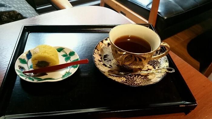 ぜひ、こちらに立ち寄ったら「徳田八十吉ブレンド 上生菓子セット」を注文してみてはいかがでしょう。徳田八十吉ブレンドという名前の通り、三代 徳田八十吉氏が作ったコーヒーカップで提供されます。