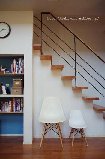「リプロダクト家具」という商品を家具屋さんで見かけたことはありませんか?  リプロダクト家具は、意匠権をはじめとする権利が切れたデザイナーズ家具を真似て制作された家具のことを指し、「ジェネリック家具」とも呼ばれます。通常、制作されたデザインは意匠権等を登録することでその権利を保護されており、正規ライセンスの保持者とライセンスを受けた者以外がそのデザインを制作すると権利を侵害したと見なされます。  意匠権は国によって守られる期間や条件も様々ですが、主に5年〜25年とされることが多いようです。日本では設定登録から20年とされています。また、意匠権以外にも商標権(家具の場合は特に立体商標権)を登録する家具もあります。この場合は登録の更新が可能な為、権利者が望む限り権利の行使が可能になるのだそう。