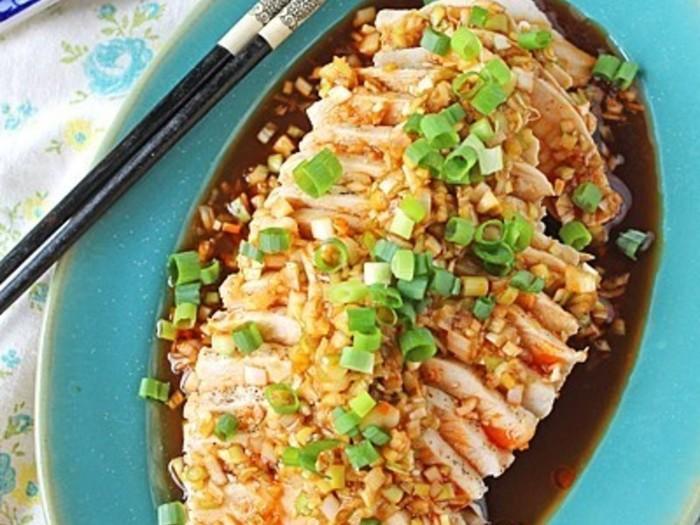 コチュジャンやオイスターソースさえあれば、あとはお家にある調味料ばかり。レンジで鶏肉を蒸している間にタレも作ってしまえますよ。たった6分で立派な一品が完成です。