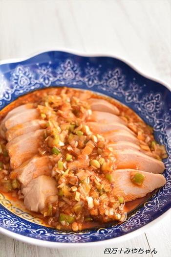 市販のサラダチキンを使うレシピです。鶏肉を蒸す時間も必要なく、切って盛り付けるだけ。タレに「食べるラー油」を使うことで味付けも簡単にできます。