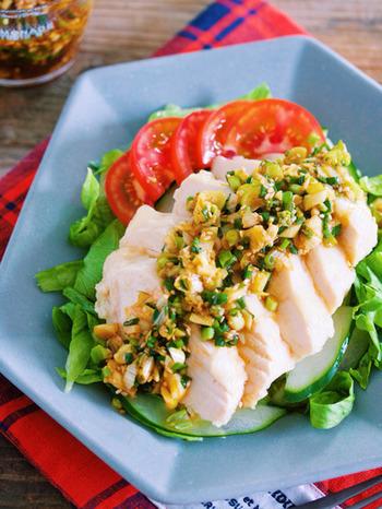 使用する鶏肉はもも肉でもむね肉でも構いませんが、むね肉で作ると家計にも安心。さらに低カロリーですので、ダイエット中の方にもおススメです。鶏肉を蒸して、ソースを作ってかけるだけなので簡単に手早く作れますよ。