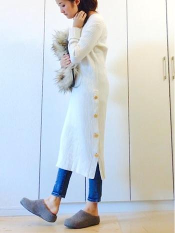 冬コーデのマンネリに変化を与える「デニム×ワンピース」のレイヤードスタイル。まだまだ寒い冬の時期は、暖かいニットワンピースで大人可愛い着こなしを楽しみましょう♪こちらのコーディネートは、白のニットワンピースが上品な雰囲気ですね。長めの着丈デザインが今年らしい印象です。足元はスリッポンを合わせて、抜け感とリラックス感をプラス。