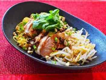 花椒と唐辛子の辛味が効いた刺激的なタレを鶏肉と冷たい中華麺にかけると、それだけでボリューム満点の一品になります。パクチーやカシューナッツの砕いたものをトッピングして本格的な味に。