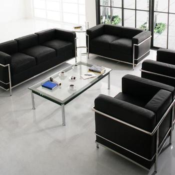 近代建築の巨匠ル・コルビュジェの手がけたソファ「LC2」のリプロダクト。メタルの質感がソファにモダンなアクセントを添えてくれます。