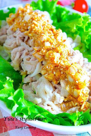 鶏肉の代わりに豚のこま切れ肉を使ったよだれ豚。豚肉特有のコクがおいしいレシピです。豚こまを使うとさっと茹でられるので、作る時間も短くできます。