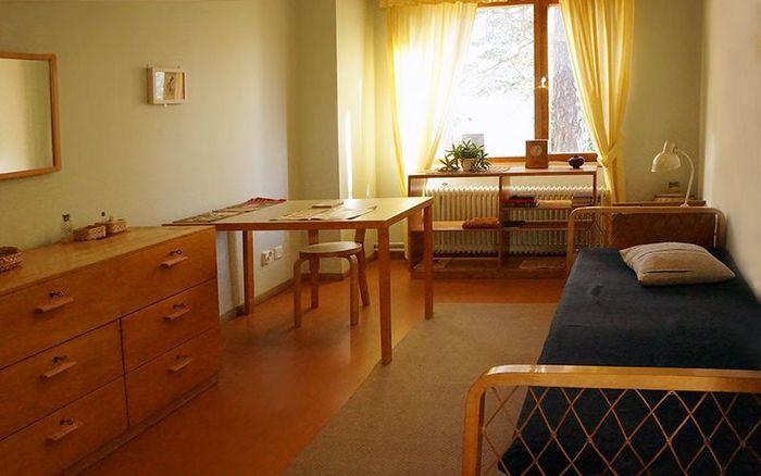 こちらは娘さんのお部屋です。腰高の家具で統一され、勉強や趣味に没頭できそう。品があり居心地の良さそうなお部屋です。