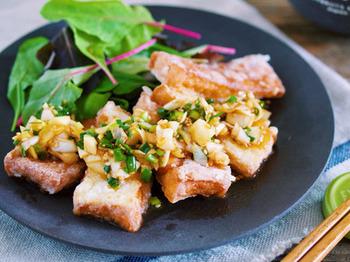 片栗粉をまぶしてカリカリに焼いた厚揚げに、ピリ辛のよだれ鶏のタレをかけたレシピ。厚揚げにタレがしみ込んで、お酒にもごはんにも合うメニューに。