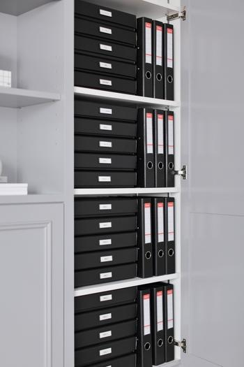 必要な書類はそれぞれカテゴリ分けをして、ファイリングしておくと便利です。様々な資料が一緒になっていると探すのが大変ですが、ファイルごとに分類しておくと一目で見やすくサッと取り出せます。オフィスでも自宅の書斎でも、棚がある場合はぜひファイルの収納場所に活用しましょう!