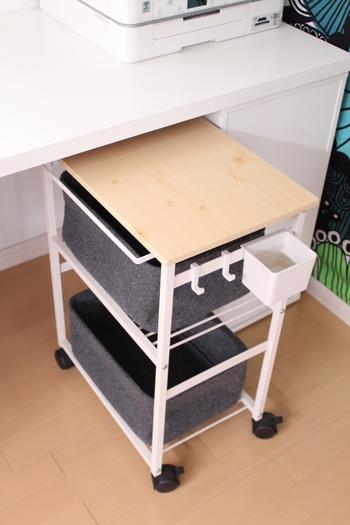 デスク脇にスペースがある場合は、ぜひこちらのように可動式の「ワゴン」を活用してみませんか?ファイルや小物類を一か所にまとめて収納できるだけでなく、必要に応じてワゴンを移動して使えるので、デスク以外の場所で仕事をする時にも便利です。