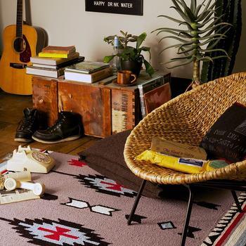 また、圧迫感を感じにくい快適な空間づくりのためには、家具の質感も大きな要素を占めています。  狭い空間で重厚な天然木のどっしりしたテーブルをおくと、いくら背丈が低いテーブルでも空間に重さが生まれてしまいがち。  ・木の面積が小さいもの ・オープン感があるもの を選んでおくと空間が重たくなりにくいですよ。