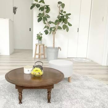 低く小さめのリビングテーブル。  圧迫感もなく、お部屋の動線も確保しやすくなりますね。