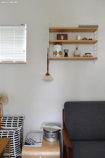 より壁面の収納力が欲しい場合は、スウェーデン発の「ストリングシェルフ」を使用するのもおすすめ。  棚板や金具パーツを組み合わせてオリジナルの壁面収納が作れますよ♪