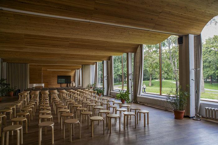 アルヴァ・アアルトがデザインし、戦前に建てられたヴィープリ図書館。第二次世界大戦で損傷したものの現在は修復され、自然光溢れる明るく和やかな空気感に包まれています。この図書館のために作られたのが、かの有名なスツール60。
