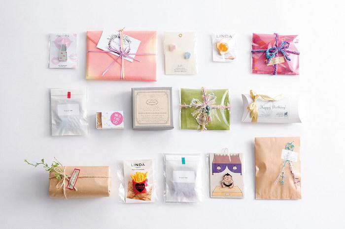 贈る相手を思い浮かべながら、包装紙の包み方をアレンジしてみたり、レースやテープ、小物を使うなど、気持ちのこもったラッピングを楽しんでくださいね。
