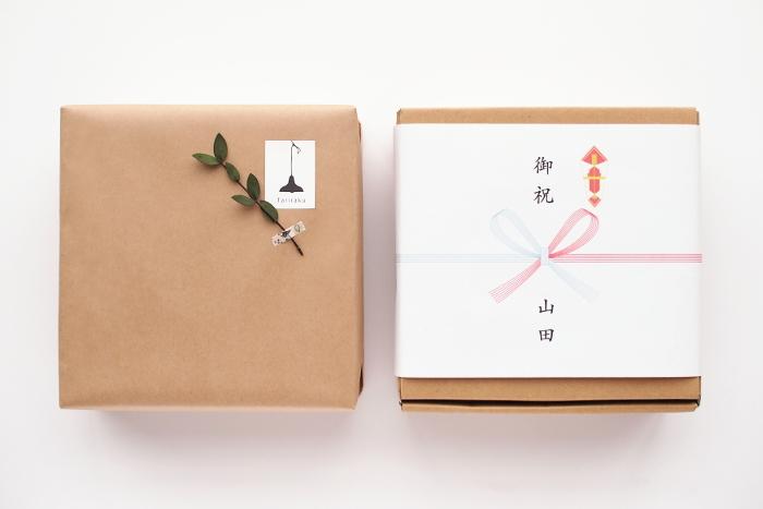 包み方にもマナーがあるってご存知ですか?紹介したキャラメル包みや、スクエア包みの時は、目的に合わせて最初に左右どちらの紙が上になるのかを確認しましょう。結婚式や入学式のお祝いなどの慶事なら、右側を上にします。ご仏前へのお供えや香典返しなど弔事用のものなら、左側を上にして包んでくださいね。
