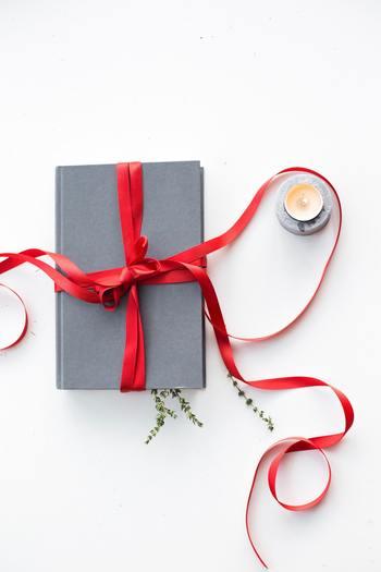 蝶結びもいいけど、箱の大きさや、リボンの太さなどに合わせて、結び方や掛け方をアレンジすると華やかに!