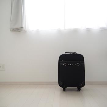 移動手段を考えて旅行かばん選びも慎重に!スーツケースやタイヤが付いているキャリーバッグは持ち手を持って転がすだけなので楽チン!と思いがちですが、バッグ自体が重かったり、形が決まっているのでかさばりの原因になったり、階段の上り下りに一苦労することも。今度の旅行の行き先や移動手段も考えて旅行バッグも良く考えて選ぶようにしましょう。