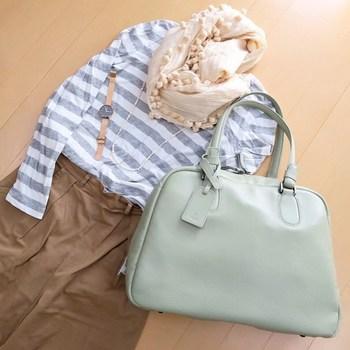 1泊2日の温泉旅行であれば、このくらいのバッグに荷物をまとめられると身軽に移動できますね。国内旅行であれば帰りは荷物をお土産と一緒にまとめて宿泊先から自宅まで宅急便で送ってしまうという手も。