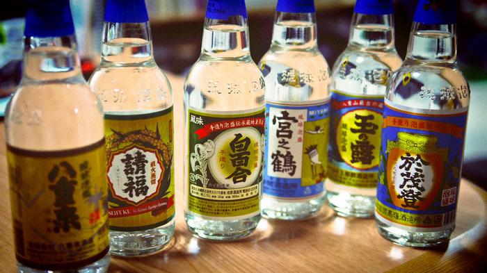 食材ではありませんが、もうひとつ沖縄特産といえば「泡盛」。調味料としても使われる泡盛は、その独特な風味が苦手という方も多いですが、一度好きになるとやめられないというひとも♪