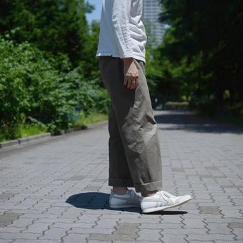 街歩きや自然散策が目的の旅だと、やっぱり歩きやすい靴が1番!スニーカーやフラットシューズは頼りになりますね。