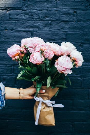 デコレーションしすぎず、さらっと渡せる紙袋はナチュラル派さんへのプレゼントとしてぴったり。「可愛いと思ってちょっとそこで買ってきたよ! 」なんて、何気ない日常のサプライズとしても嬉しいですね。ざっくり入れたような大ぶりのお花もおしゃれです。