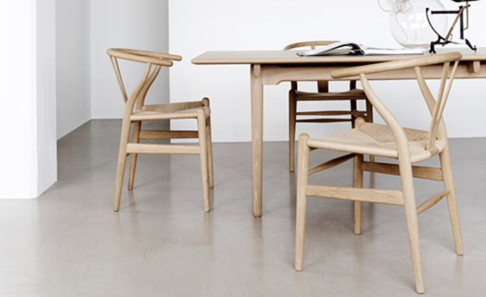 1949年にハンス J. ウェグナーがデザインしたYチェアは、日本国内における立体商標をライセンスをカール・ハンセン&サンジャパンが保持しています。意匠権が切れた現在も、商標権によって保護されています。従って、Yチェアのリプロダクト家具は存在しません。企業がデザイナーの設計意図を正しく後世に伝える手段として権利を保持した例です。 こうした正しい情報を把握しておくのも、違法なリプロダクト家具(つまりは模倣品)を掴まない為のポイントになるでしょう。
