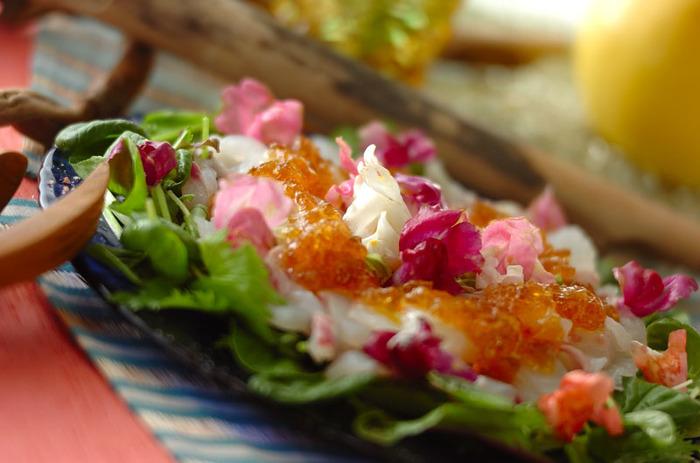 鯛のお刺身やベビーリーフ、エディブルフラワーに、ふるふるの梅酒ジュレをかけて。選ぶ素材やちょっとしたひと手間で、いつもとは違うスペシャル感のある前菜に仕上がります。